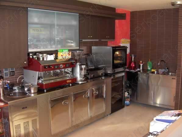 Πλάτη αναψυκτηρίου με μηχανήματα παρασκευής καφέ και σφολιατοειδών