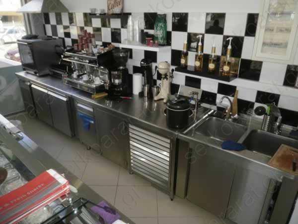 Σύνολο πλάτης αναψυκτηρίου με ανοξείδωτες κατασκευές και μηχανήματα καφέ και ψησίματος